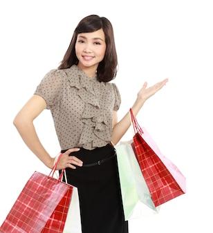 買い物袋を持って幸せな笑顔のショッピング女性