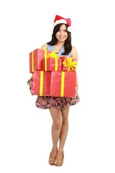 Шоппинг женщина, держащая подарки, носить красные шляпу санта.