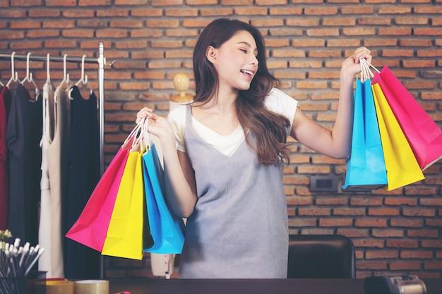 ショッピングバッグの背景、オンライン販売を保持しているショッピング女性。