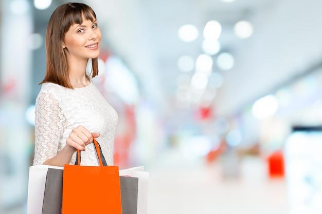 Шоппинг женщина, держащая сумок