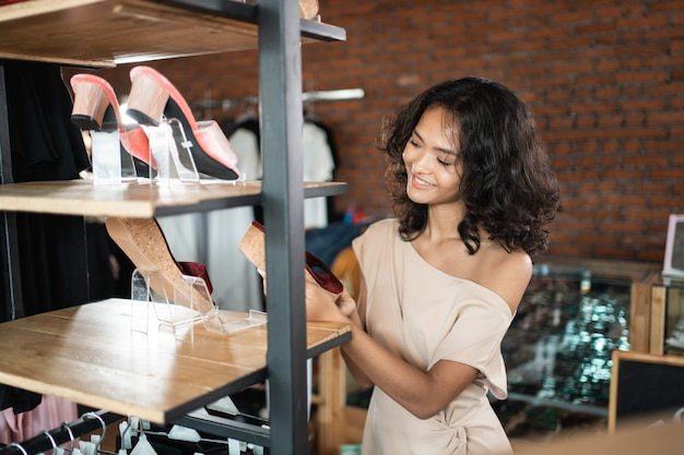Шоппинг женщина смотрит на обувь