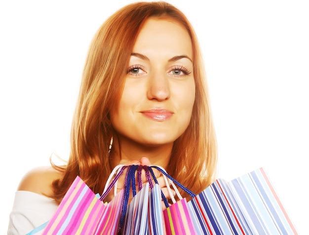 Женщина покупок улыбается. изолированные на белом фоне