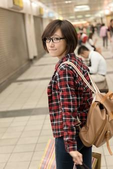 台湾の台北のショッピングモールでアジアの若い女の子を買い物。 Premium写真