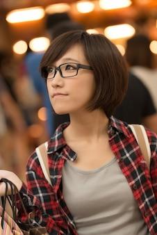 台湾の台北のショッピングモールでアジアの若い女の子を買い物。
