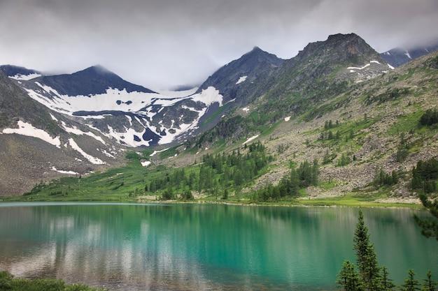 山頂のあるきれいな山の湖の岸