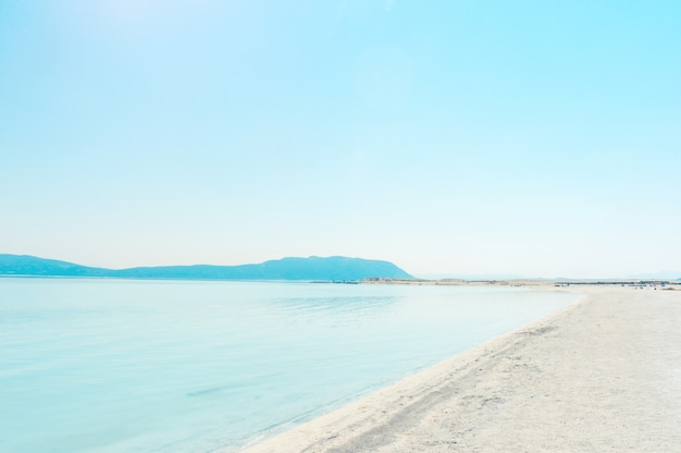 トルコのサルダ湖の岸
