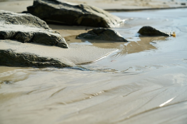 岩とビーチのショア