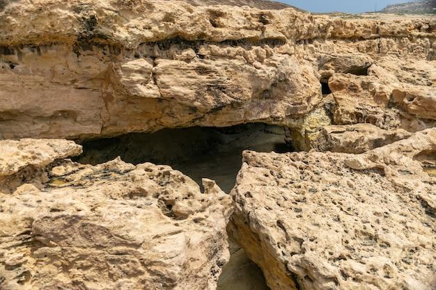 地中海の海岸は神秘的な洞窟への入り口です。 Premium写真