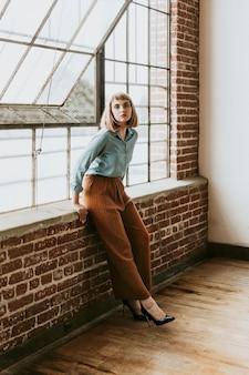 デニムシャツの短い茶色の髪の女性