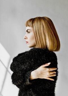 スタジオ撮影で短い茶色の髪の女性
