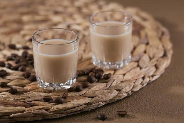 아이리쉬 크림 리큐어 또는 커피 리큐어와 커피 원두의 짧은 잔. 겨울 휴가 장식