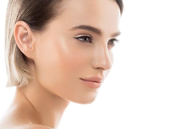 短い髪の女性の顔の肖像画化粧品の概念健康な肌クローズアップビュー。スタジオショット。