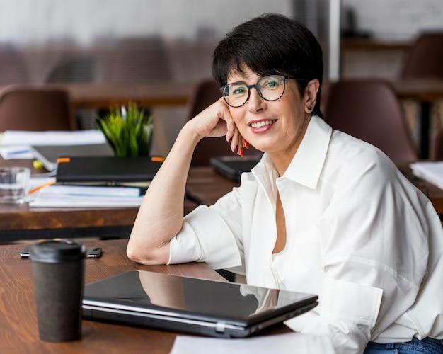 Деловая женщина с короткими волосами в очках для чтения