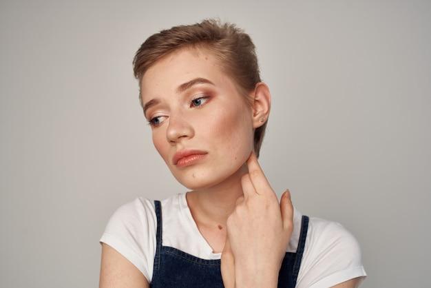 短い髪の女性の髪型魅力的な外観の化粧品明るい背景