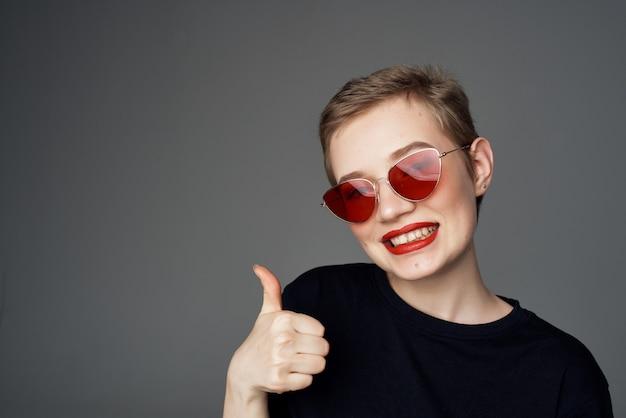 短い髪の女性の手のジェスチャー赤い唇の魅力のクローズアップ