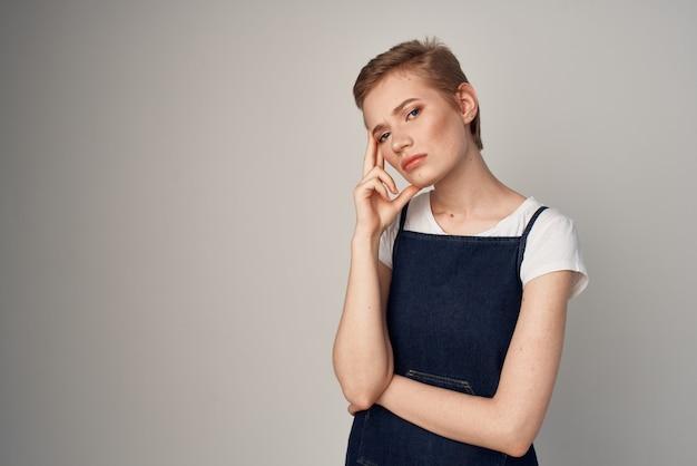 サンドレスファッション孤立した背景の短い髪の女性 Premium写真