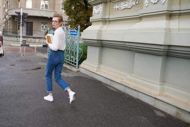 建物の残りのライフスタイルの近くの通りの短い髪の女性。高品質の写真