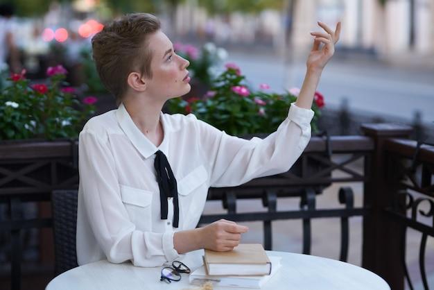 街の夏の教育で街頭休暇中の短い髪の女性。高品質の写真