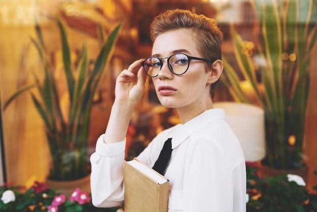 夏のカフェ休憩ライフスタイルで屋外の短い髪の女性。高品質の写真