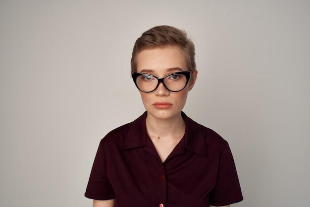 赤い唇の魅力の明るい背景をポーズする短い髪の女性