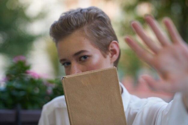 新鮮な空気の教育で散歩を読んでいる短い髪の女性