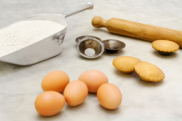 Short pastry cookie with ingredients and cookies