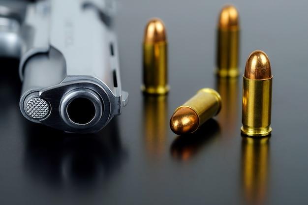 짧은 권총과 탄약 탄약이 있는 검정색 배경 권총을 착용하십시오