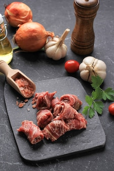 검은 배경에 향신료와 짧은 접시 와규 쇠고기 조각. 일본식 야키니쿠 또는 한국식 바베큐에 사용합니다.