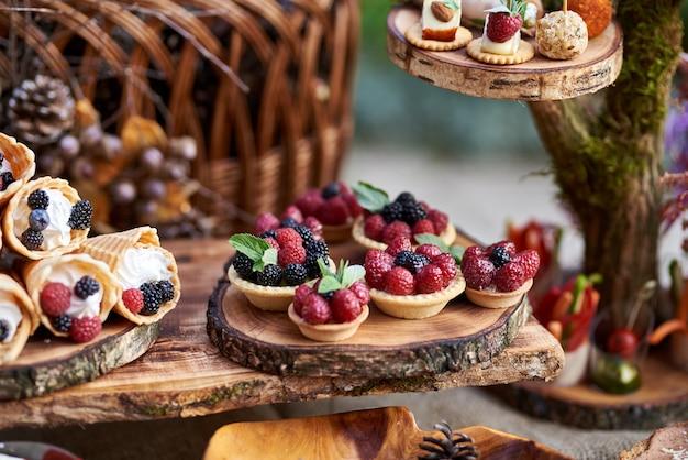 Песочные корзины с творожным кремом и ягодами на деревянной циновке