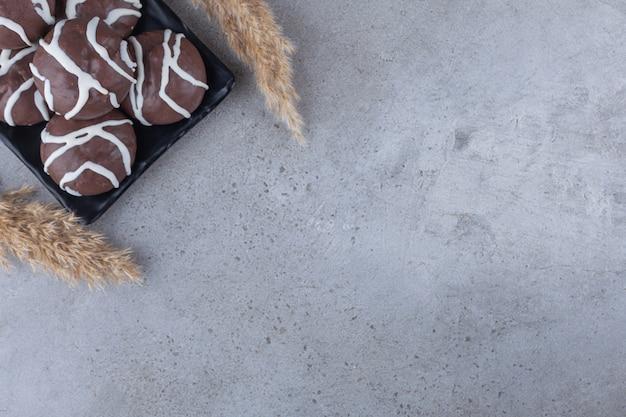화이트와 다크 초콜릿으로 코팅 된 쇼트 브레드 비스킷.