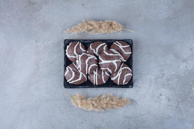 ホワイトチョコレートとダークチョコレートでコーティングされたショートブレッドビスケット。