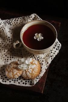 ショートブレッドクッキーとビンテージカップの熱いお茶。おはようございます。自家製のベーキング。レシピ