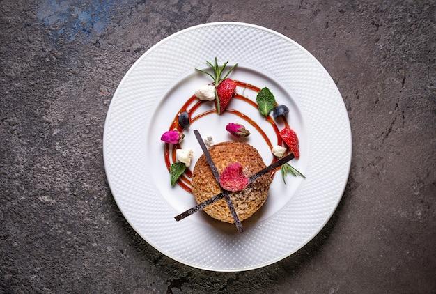 Песочное печенье на белой тарелке с видом сверху ягод