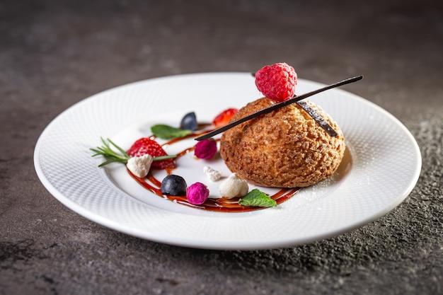 Песочное печенье на белой тарелке с ягодами
