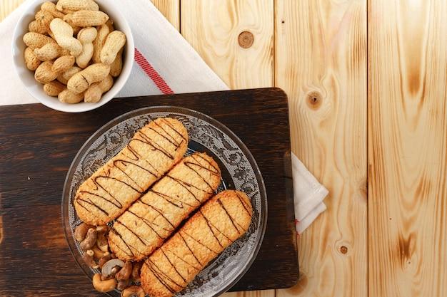 木の板のショートブレッドクッキーのクローズアップ写真