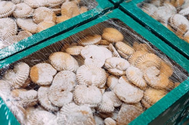 Песочное печенье расфасовано в коробки.
