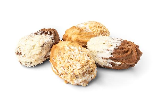 Песочное печенье с арахисом и кокосом, изолированные на ничуть