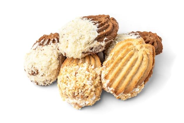 Песочное печенье с арахисом и кокосом, изолированные на белом фоне