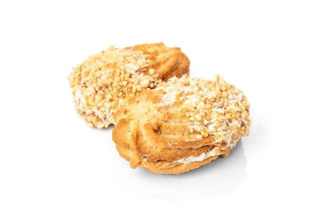 Песочное печенье с арахисом, изолированные на белом фоне