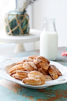 ショートブレッドカッテージチーズクッキーとミルク。ガチョウの足のクッキー