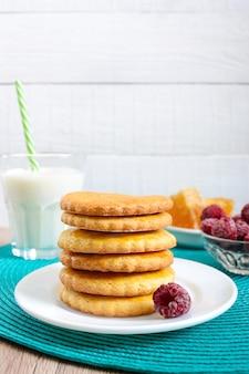 ミルクとハチミツのショートブレッド乳製品クッキー。皿の上のクッキーのスタック。