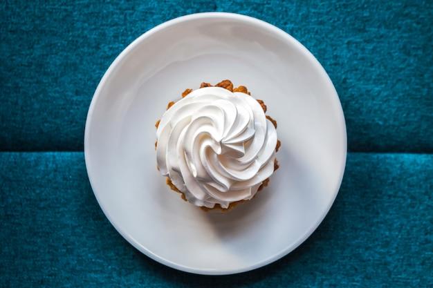 白いクリームのもろいペストリー