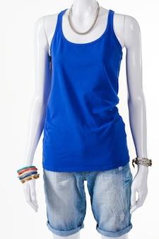 상의와 보석류가 있는 반바지. 여성 여름 복장에 마네킹입니다. 따뜻한 계절을 위한 가벼운 옷. 추세를 따르십시오.