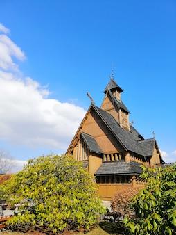 Girato dal giardino di fronte alla chiesa wang a karpacz, in polonia