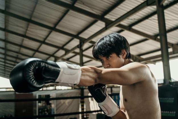 권투 링 위에 권투 선수의 측면에서 샷 펀치 모션을
