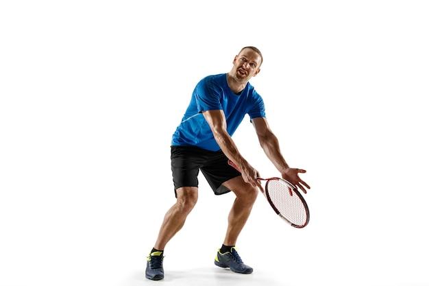 넓은 샷. 법원에서 심판, 심판, 라인 맨 또는 서비스 판사와 말다툼을하는 테니스 선수를 강조했습니다. 인간의 감정, 패배, 충돌, 실패, 손실 개념. 흰색 절연 선수