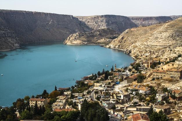 Inquadratura del lago in mezzo alle montagne a halfeti, turchia