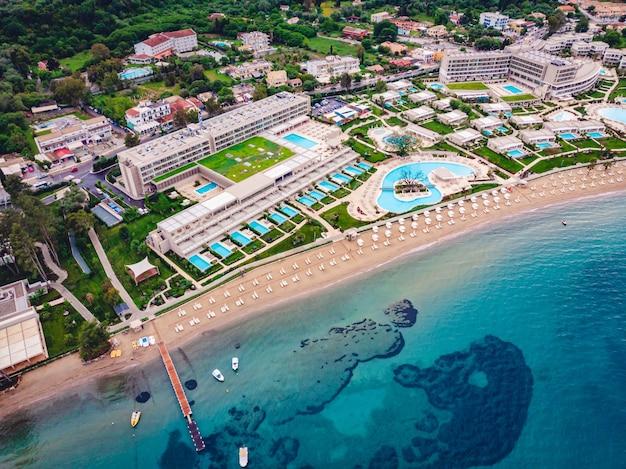 Снимок красивого пляжа с синим морем и отелей