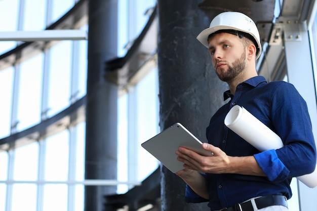 Снимок инженера с помощью цифрового планшета на строительной площадке. это программное обеспечение помогает мне все отслеживать.