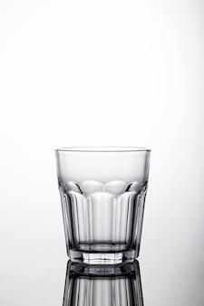 白い背景の上の水のガラスのショット